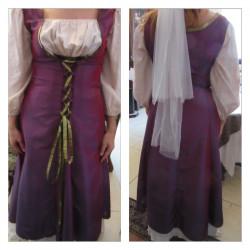 Location : Robe violette et blanc cassé moirée